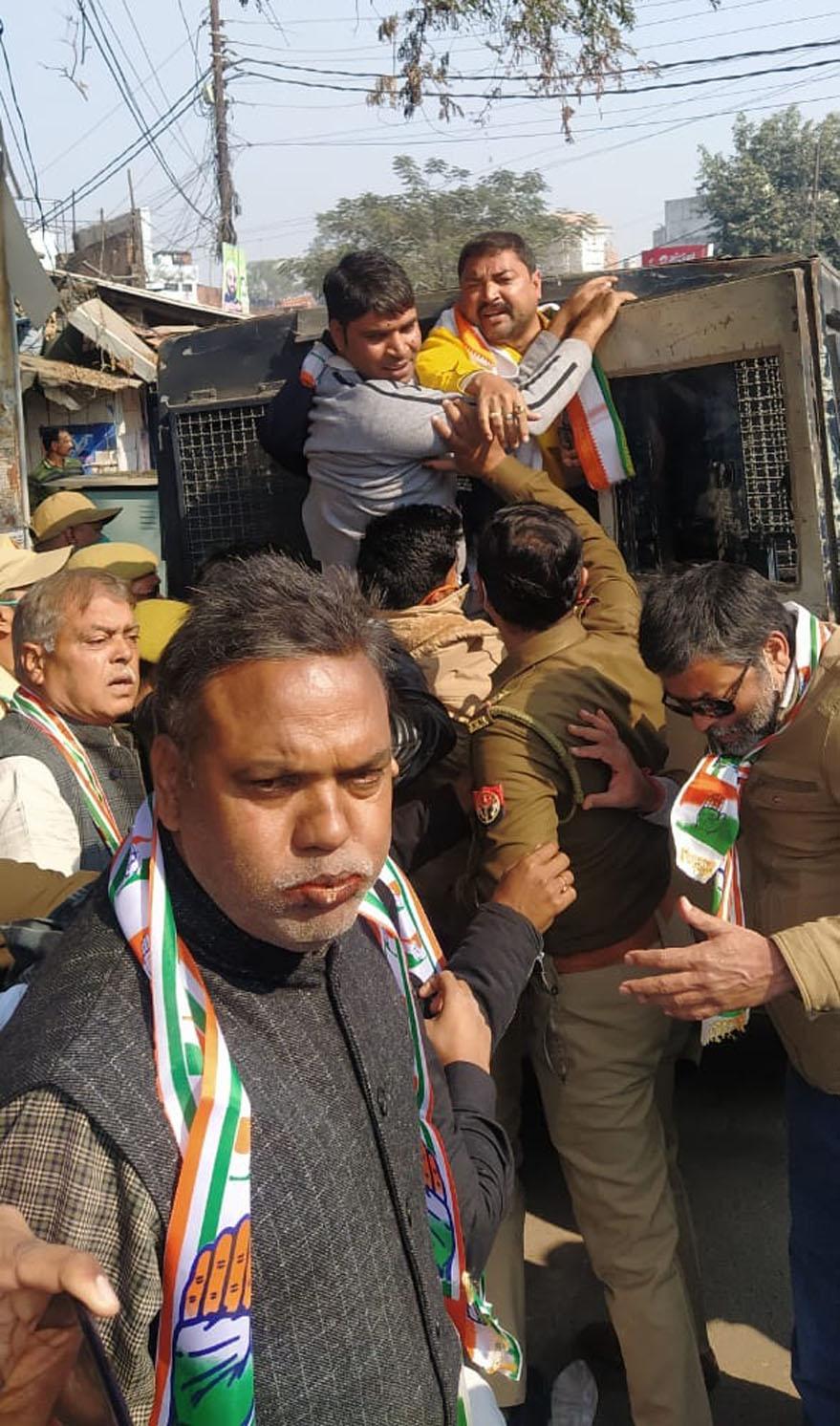 गोरखपुर में किसान संदेश यात्रा निकालते कांग्रेसी गिरफ्तार, पुलिस लाइन ले जाए गए
