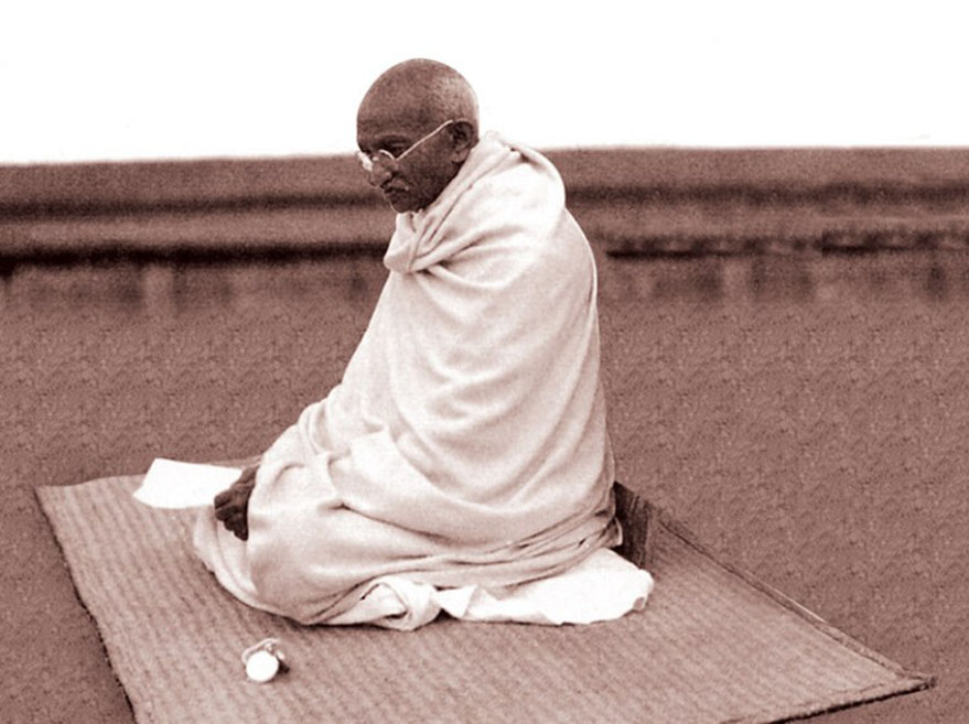 गांधी को हिंदू देशभक्त बताना उन्हें ओछा करना है…