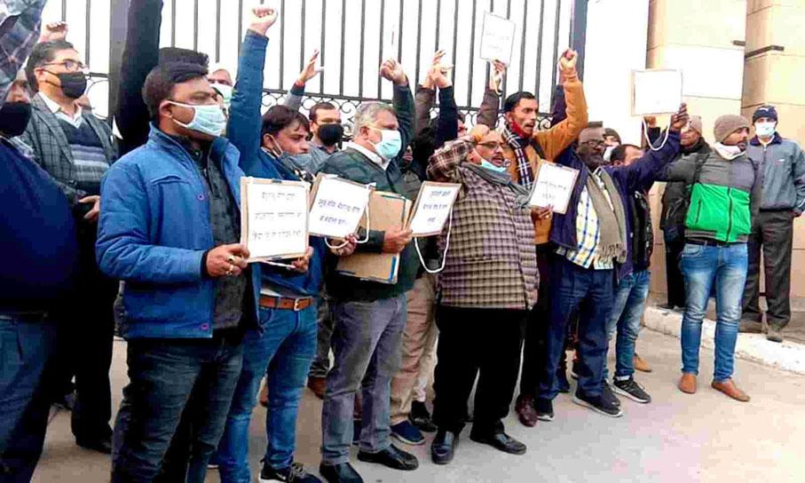 यूपी : अल्पसंख्यक कल्याण एवं वक्फ विभाग के प्रमुख सचिव के खिलाफ कर्मचारियों ने खोला मोर्चा, की कार्रवाई की मांग