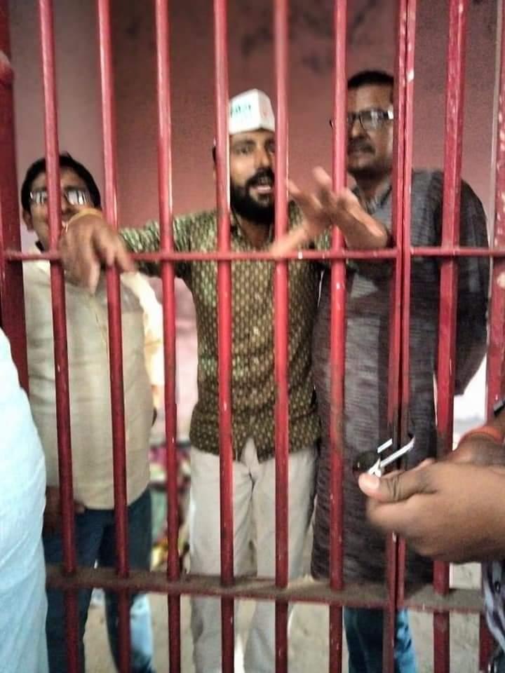 पेट्रोलियम पदार्थों के मूल्य वृद्धि के खिलाफ गोरखपुर में प्रदर्शन कर रहे कांग्रेसियों को पुलिस ने किया गिरफ्तार